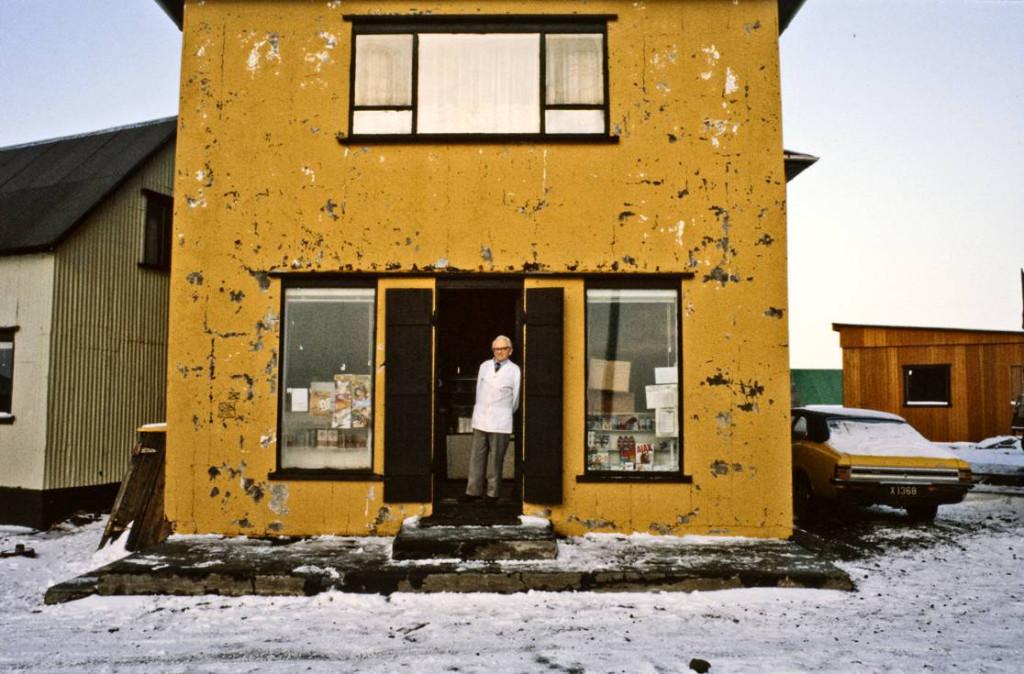 Guðlaugur Pálsson í dyrum verslunar sinnar (1984). Ljósm.: MKH